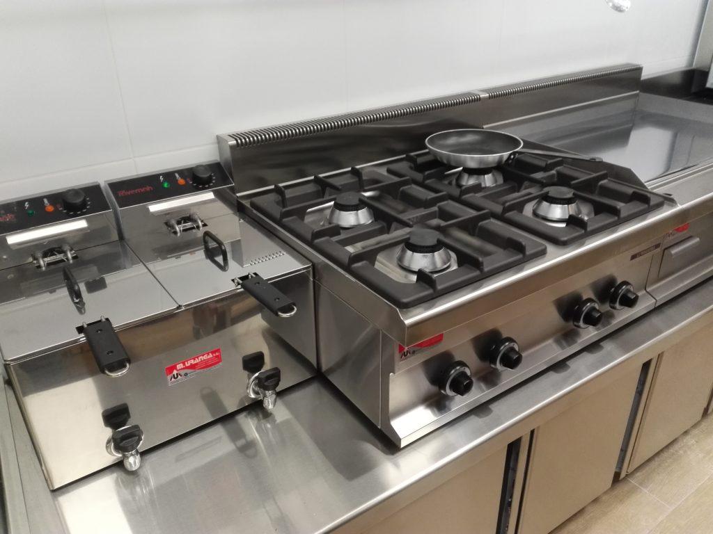 cocina y freidoras instaladas en harresi taberna de hernani